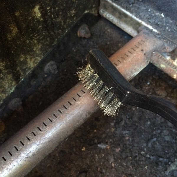 cleaning gas grill burner