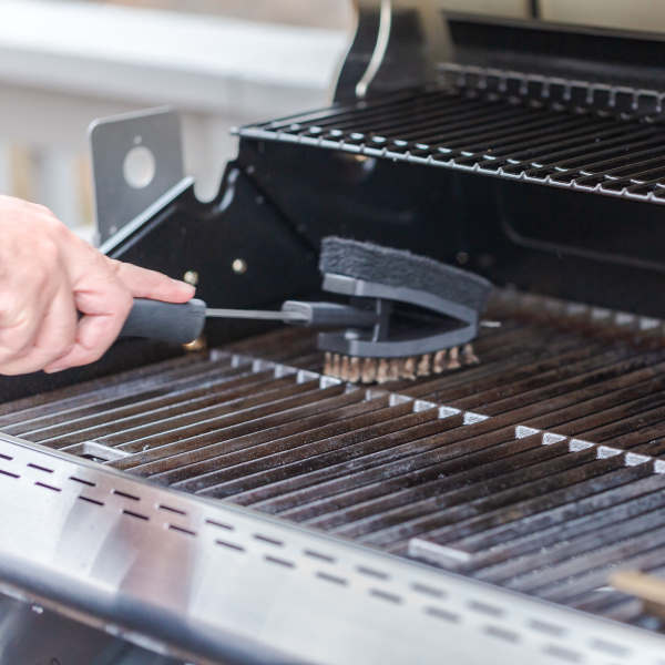 cleaning gas grill grates with brush